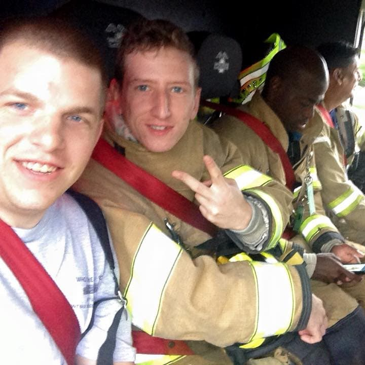 camarera-paga-comida-bomberos3