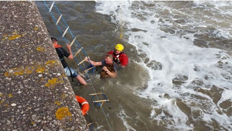 hombre salta a turbulentas aguas 4