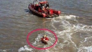 hombre salta a turbulentas aguas 7