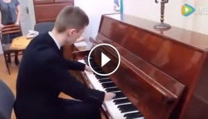 nino-toca-piano-sin-manos