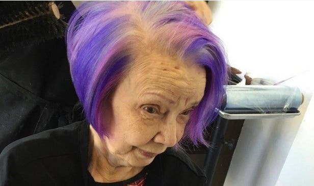 abuela-se-pinta-el-cabello-de-purpura2