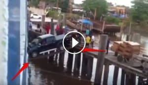 camioneta-aborda-barco-apoyada-en-dos-tablas