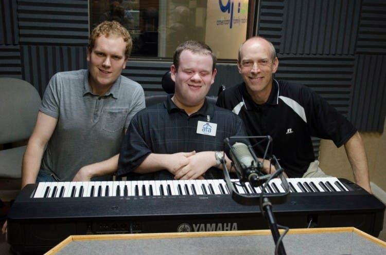 chico-ciego-discapacitado-silla-ruedas-prodigio-musical4