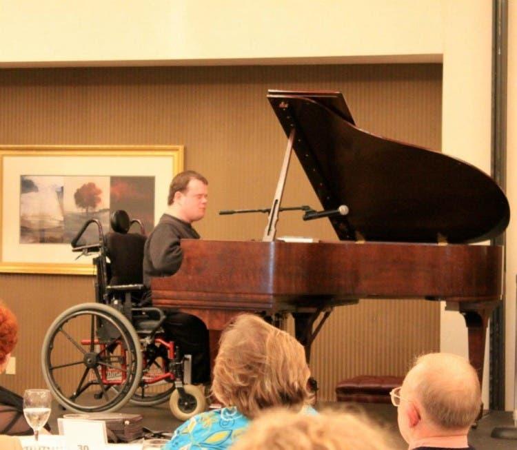 chico-ciego-discapacitado-silla-ruedas-prodigio-musical5
