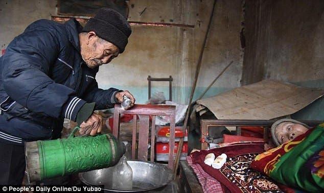 esposo-chino-atiende-cuida-esposa-paralizada-amor-inquebrantable2