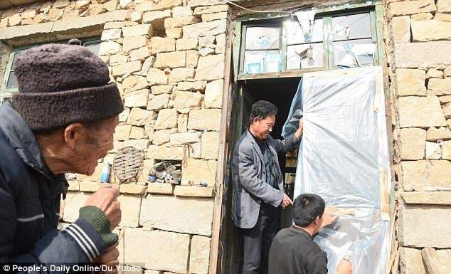 esposo-chino-atiende-cuida-esposa-paralizada-amor-inquebrantable3