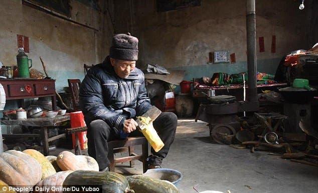 esposo-chino-atiende-cuida-esposa-paralizada-amor-inquebrantable4