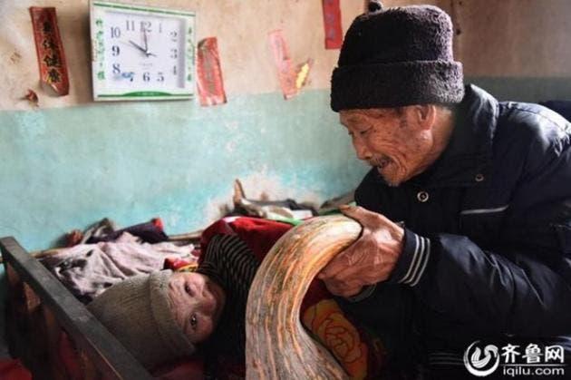 esposo-chino-atiende-cuida-esposa-paralizada-amor-inquebrantable6