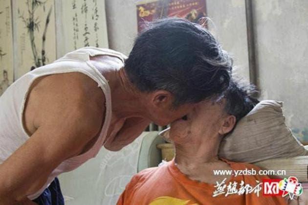 esposo-chino-atiende-cuida-esposa-paralizada-amor-inquebrantable7