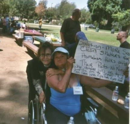 mujer sin hogar ayuda indigentes con perros 5