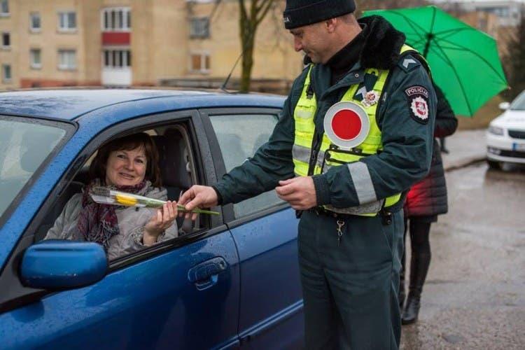 policia-de-lituania-regala-flores-el-dia-de-la-mujer1