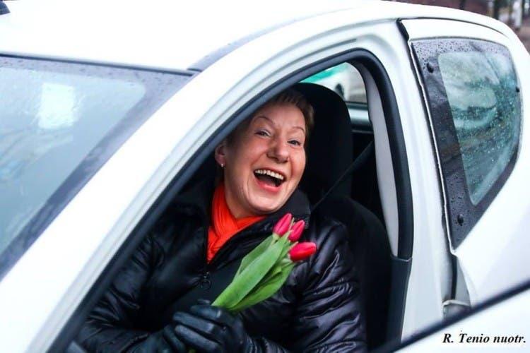 policia-de-lituania-regala-flores-el-dia-de-la-mujer10
