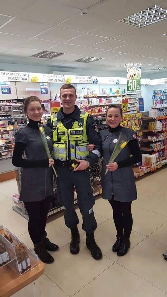 policia-de-lituania-regala-flores-el-dia-de-la-mujer12