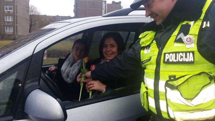 policia-de-lituania-regala-flores-el-dia-de-la-mujer13
