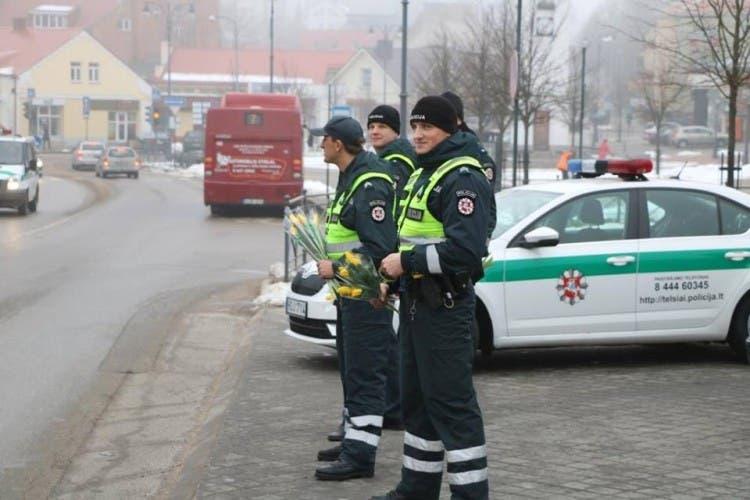 policia-de-lituania-regala-flores-el-dia-de-la-mujer14