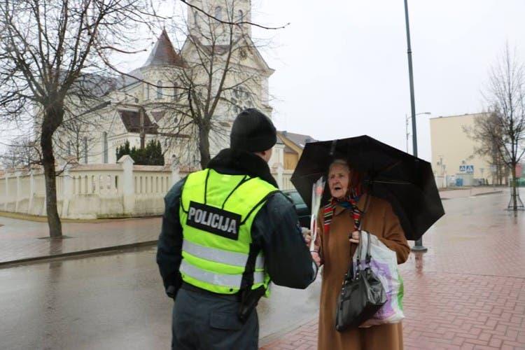 policia-de-lituania-regala-flores-el-dia-de-la-mujer15
