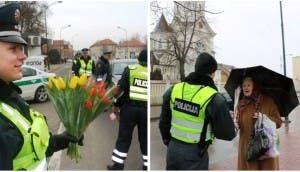 policia-de-lituania-regala-flores-el-dia-de-la-mujer15 - copia