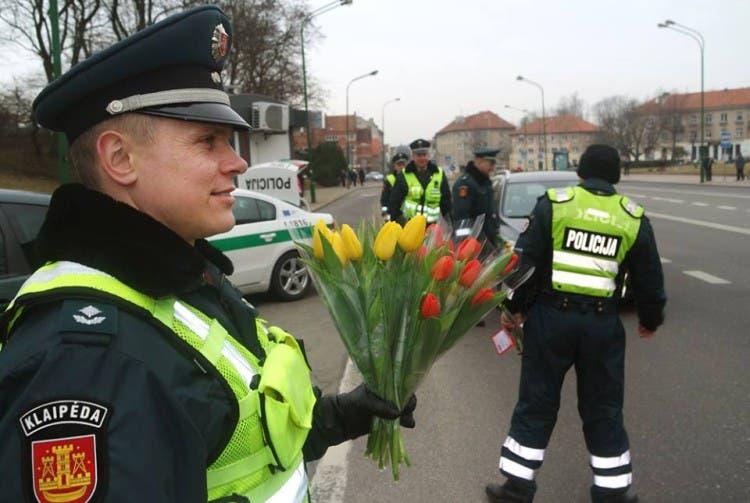 policia-de-lituania-regala-flores-el-dia-de-la-mujer16