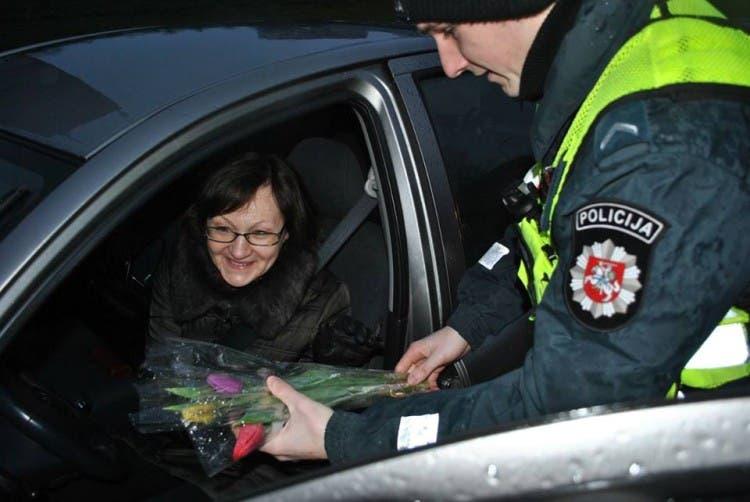 policia-de-lituania-regala-flores-el-dia-de-la-mujer2