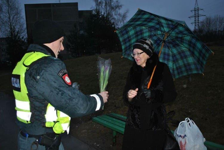 policia-de-lituania-regala-flores-el-dia-de-la-mujer3