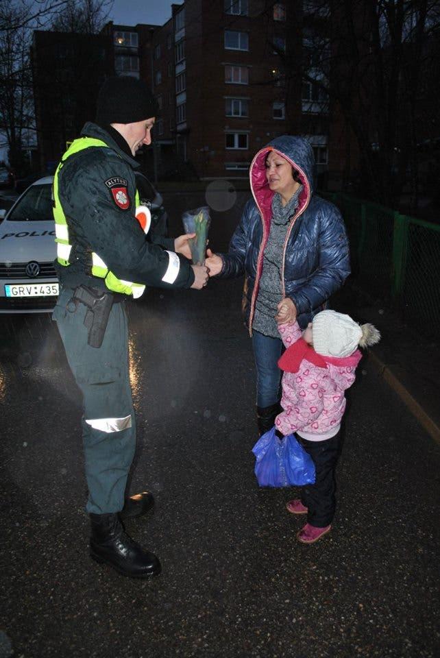 policia-de-lituania-regala-flores-el-dia-de-la-mujer4