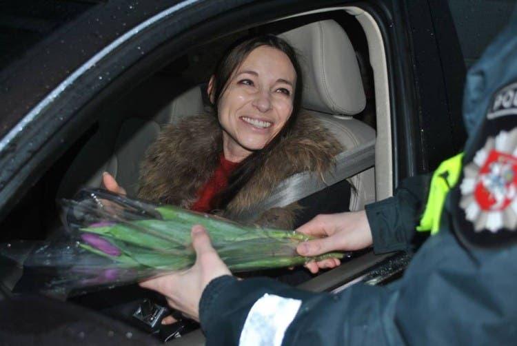 policia-de-lituania-regala-flores-el-dia-de-la-mujer5