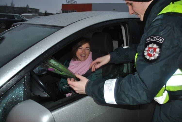 policia-de-lituania-regala-flores-el-dia-de-la-mujer6