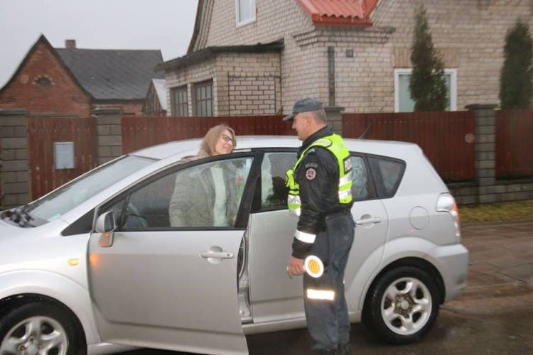 policia-de-lituania-regala-flores-el-dia-de-la-mujer7