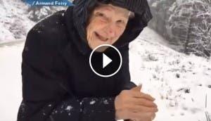 abuelita-juega-nieve-ternura-momentos-inolvidables
