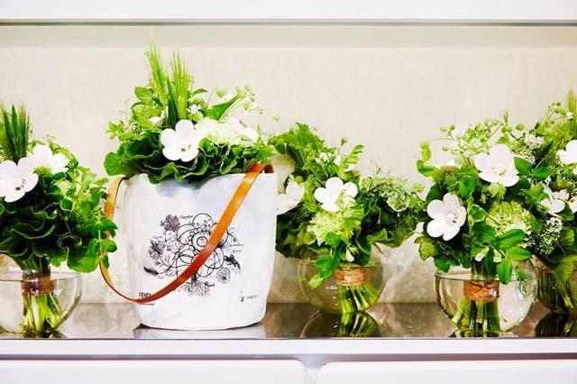 azuma-makoto-vespa-en-tienda-de-flores-10