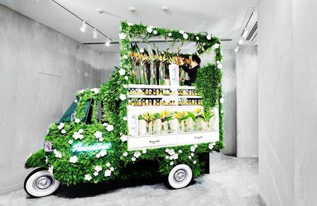 azuma-makoto-vespa-en-tienda-de-flores-2