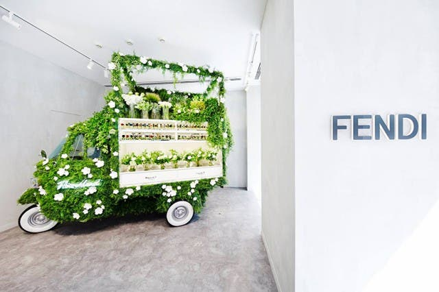 azuma-makoto-vespa-en-tienda-de-flores-3
