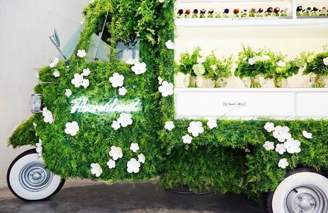 azuma-makoto-vespa-en-tienda-de-flores-4
