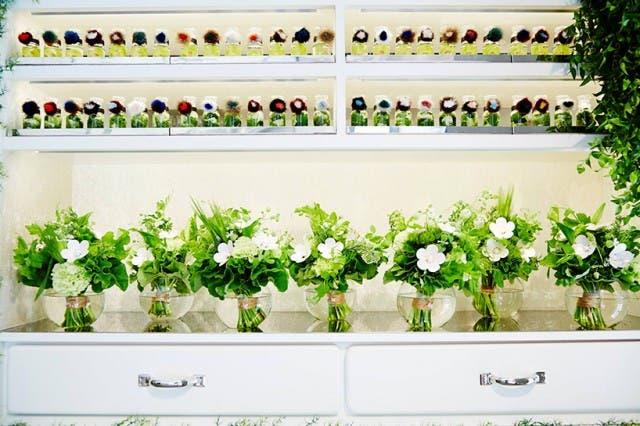 azuma-makoto-vespa-en-tienda-de-flores-7