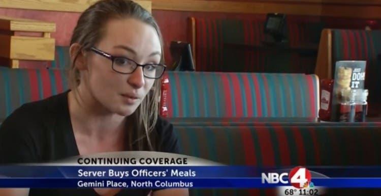 camarera-paga-almuerzo-de-policias-despues-de-funeral5