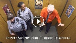 estacion-policia-ascensor-baile-sorpresa-despedida-oficial