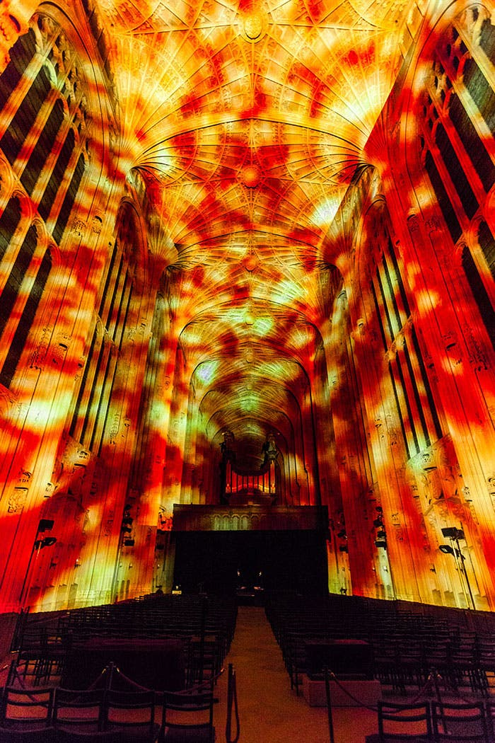 iglesia-cambridge-iluminada-por-miguel-chevalier-4