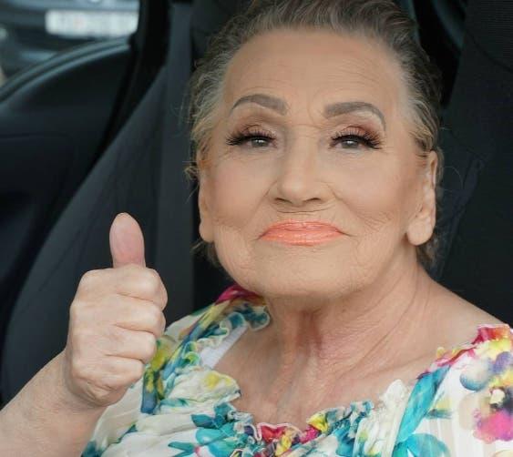 maquilla-a-su-abuela-y-la-convierte-en-celebridad1