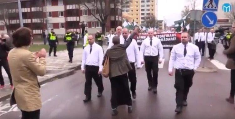 mujer-desafia-a-300-nazis5