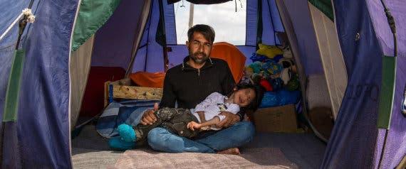 GRA209. IDOMENI (GRECIA), 09/05/2016.- Imagen cedida por Bomberos en Acción, de Osman, el niño afgano de 7 años con parálisis cerebral, y su padre, que llegarán mañana por la tarde a España, donde el menor recibirá tratamiento médico. EFE/Bomberos en Acción ***SOLO USO EDITORIAL***