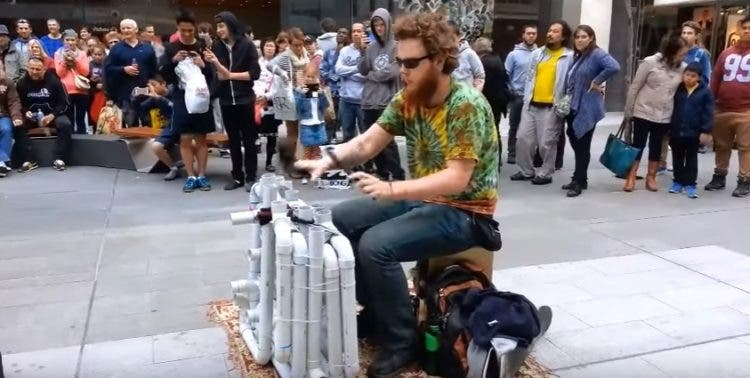 artista-urbano-tuberias