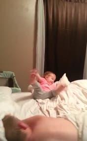 graba-a-su-esposo-mientras-duerme-y-su-bebe-juega4