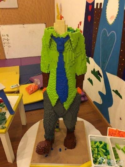 nino-destruye-escultura-lego-8