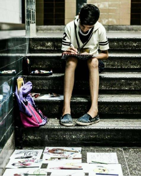 Resultado de imagen de niño que vende dibujos en el metro
