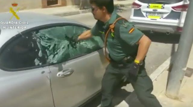 rescate-de-perro-encerrado-en-un-coche2