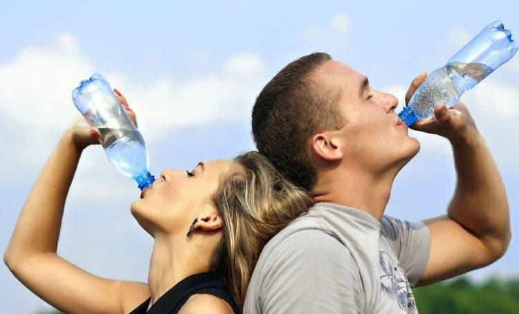 botellas-de-agua-sucias-como-beber-del-toilet-1