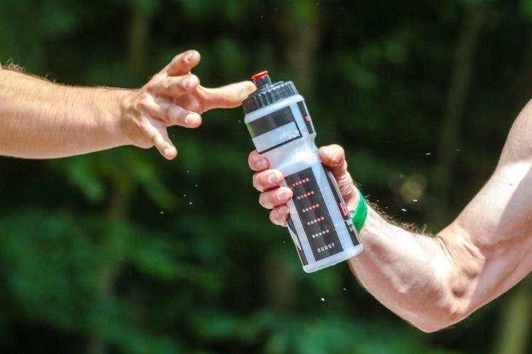 botellas-de-agua-sucias-como-beber-del-toilet-3