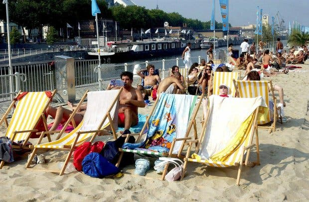 FE2WGX Brussels residents who can not go to the sea beaches enjoy, Friday, 08 August 2003, the newly unveiled 'Brussels' Beach'. The 'beach' was unveiled 01 August at the Canal of Brussels. There are similar projects in Budapest and Paris. EPA PHOTO/BELGA/JACQUES COLLET