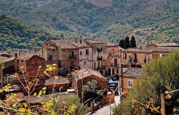 pueblo-italiano-regala-casas1