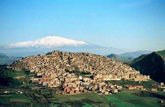 pueblo-italiano-regala-casas2